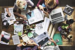 Colegas trabalhando com inbound marketing e marketing de conteúdo impresso